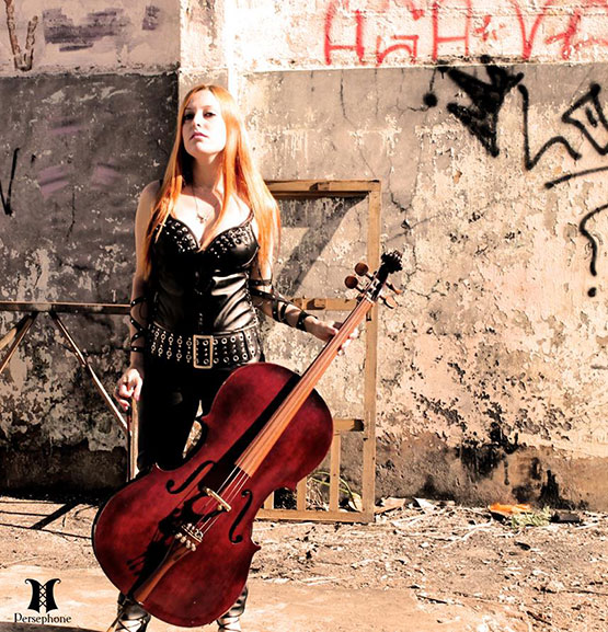mulher com roupas dark e violoncelo